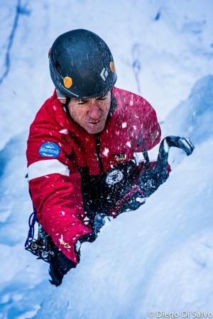 Bruno Belligoli sale una cascata di ghiaccio nel Canyon del Bletterbach